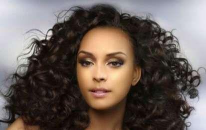 Cortes de pelo rizado para el otoño 2014 [FOTOS] - En pelo rizado siempre es uno de los más favorecedores y sexys. Para el otoño 2014 se llevan con cortes pixies, bob y long bod con rizos definidos y pequeños. Apuesta por los peinados curly más de moda.