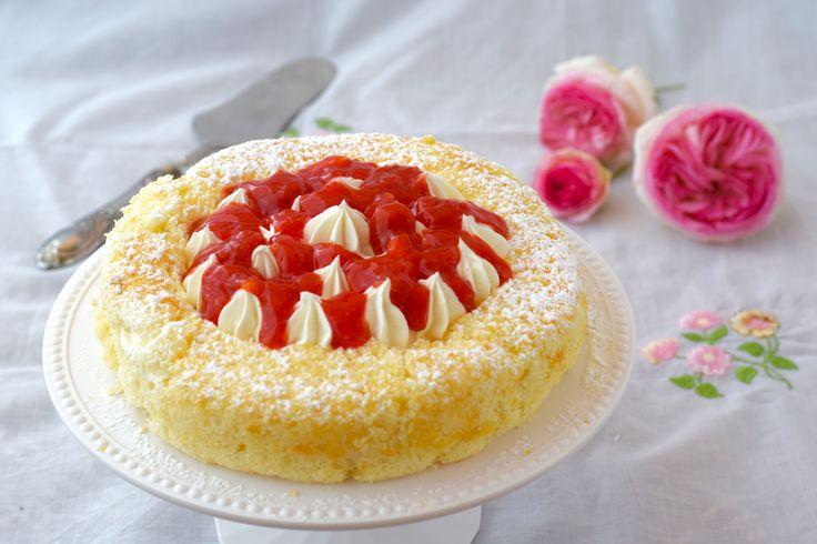 Chiffon cake con crema diplomatica e geleé di fragole