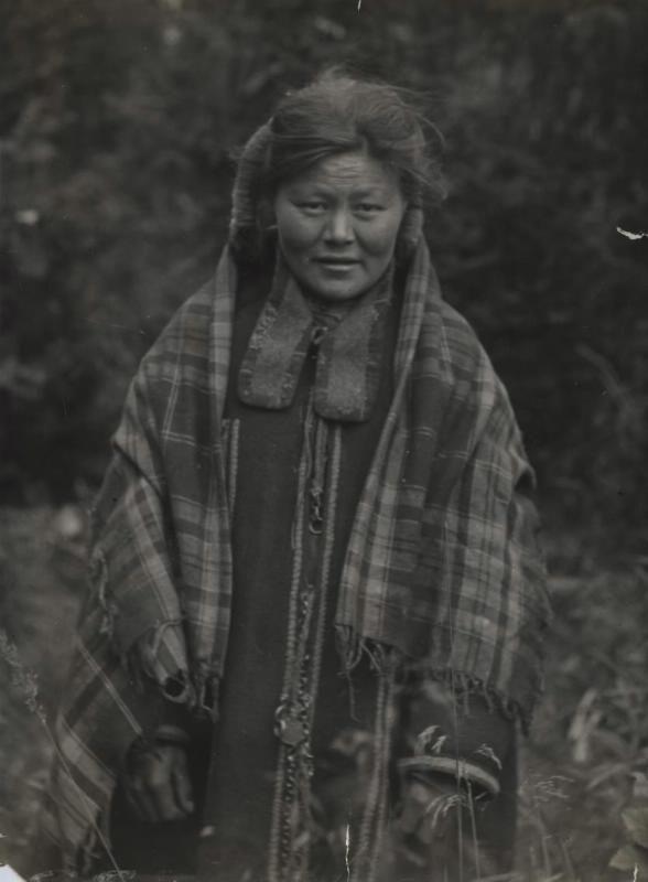 Молодая женщина (вогулы ?). Фотография чёрно-белая.