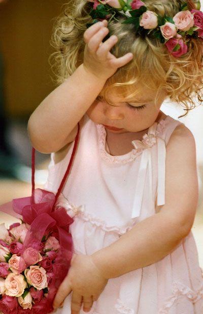 Que bonita la damita de honor, toda rosa!