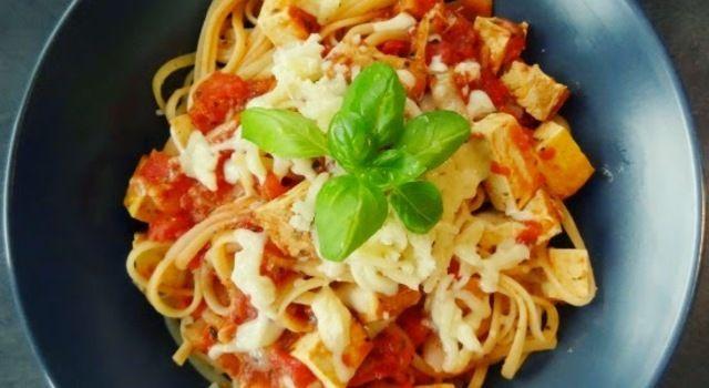 Špagety s uzeným tofu v rajčatové omáčce