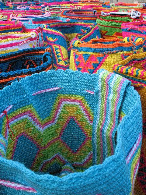 Mochilas tipicas tejidas por los indigenas Wayúu, Rioacha, Colombia...