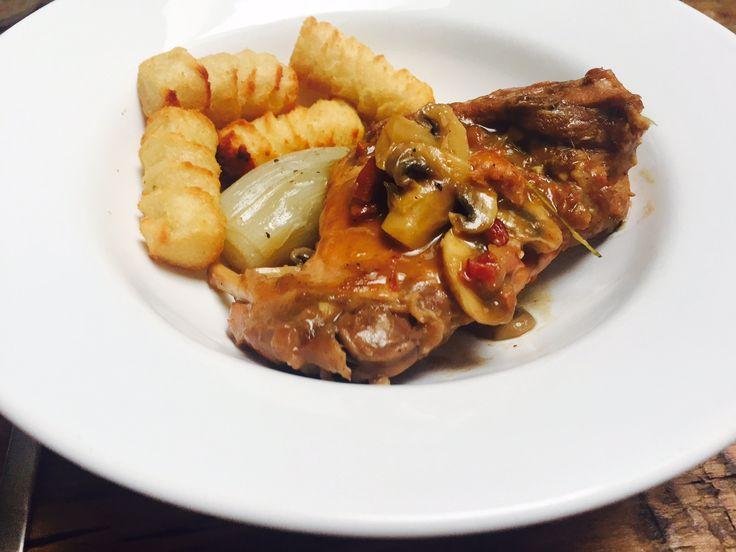 Herinneringen uit mijn kindertijd met het recept voor stoofpot met konijn uit het kookboek Dagelijkse kost van Jeroen Meus. Alles nu op de foodblog.