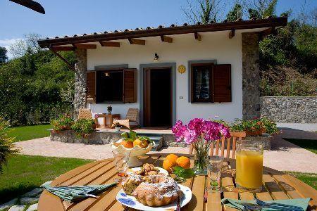 Drie karakteristieke appartementen op de heuvel in de buurt van het dorpje Sant'Agata sui due Golfi. De appartementen, die ondergedompeld zijn in rust, zijn ideaal voor een ontspannen vakantie en tegelijkertijd ook voor een vakantie rijk aan cultuur, gezien de korte afstand tot de belangrijkste stadjes aan de kust van Amalfi