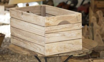 Resistente e pregiata cassetta in ulivo, in finitura naturale. Disponibile anche in finitura lucida.