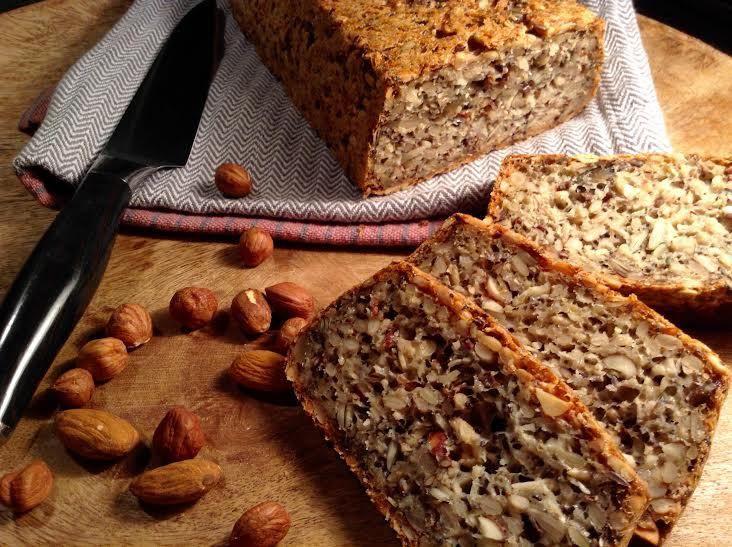 Úžasně chutný semínko-ořechový dort, kde nenajdete ani drobek mouky. Pokud nejíte lepek, nahraďte ovesné vločky pohankovými.