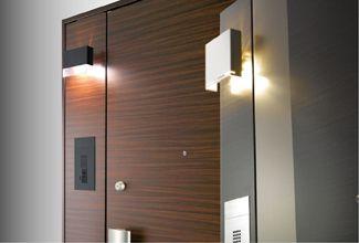 Lixil / ENTRANCE unit, 飾り袖ユニットやロングエントランスパネルに、玄関まわりの機能を一体化し、玄関のグレードアップを可能にします。扉とカラーコーディネートした袖パネルに照明器具や室番号札、室名板一体インターホンパネル、新聞受けを玄関のイメージと必要機能に合わせて選択可能なコーディネートシステムです。  ■特定防火設備(防火戸)玄関ドア ■接着構造(化粧鋼板) ■防犯建物部品対応 #entrance door #防盗门 #进户门