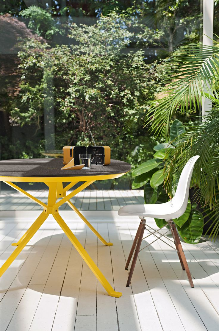 Revo table with oak wood top and yellow metal structure #homeoffice#humanoffice  #living #outdoor #focusoncolor #sun #bright