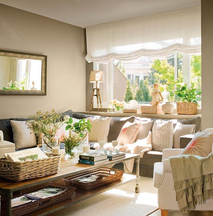 Color_Salón con amplio ventanal y sofá rinconero