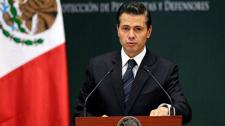 Enrique Peña Nieto muestra en su celular las imágenes del terremoto que él mismo grabó