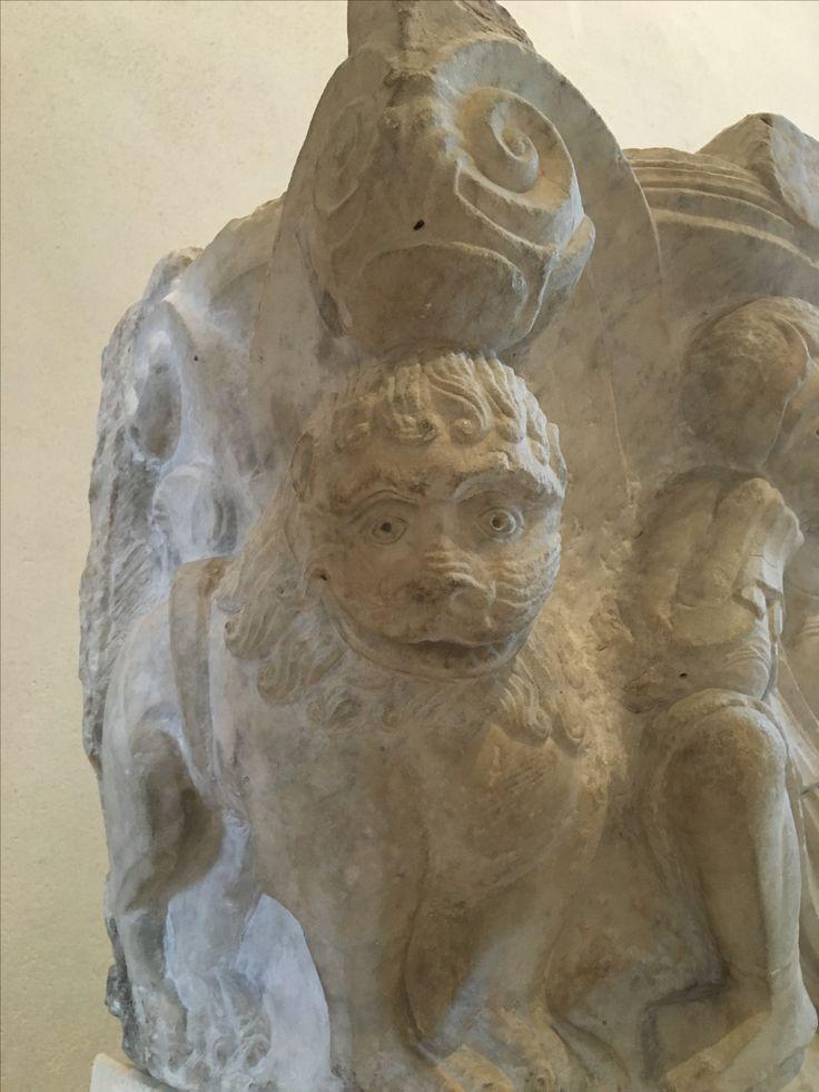 """Détail du chapiteau """"Daniel dans la fosse aux lions"""". Ile de France. VIe et début du XIIe. Exposé au Louvre"""