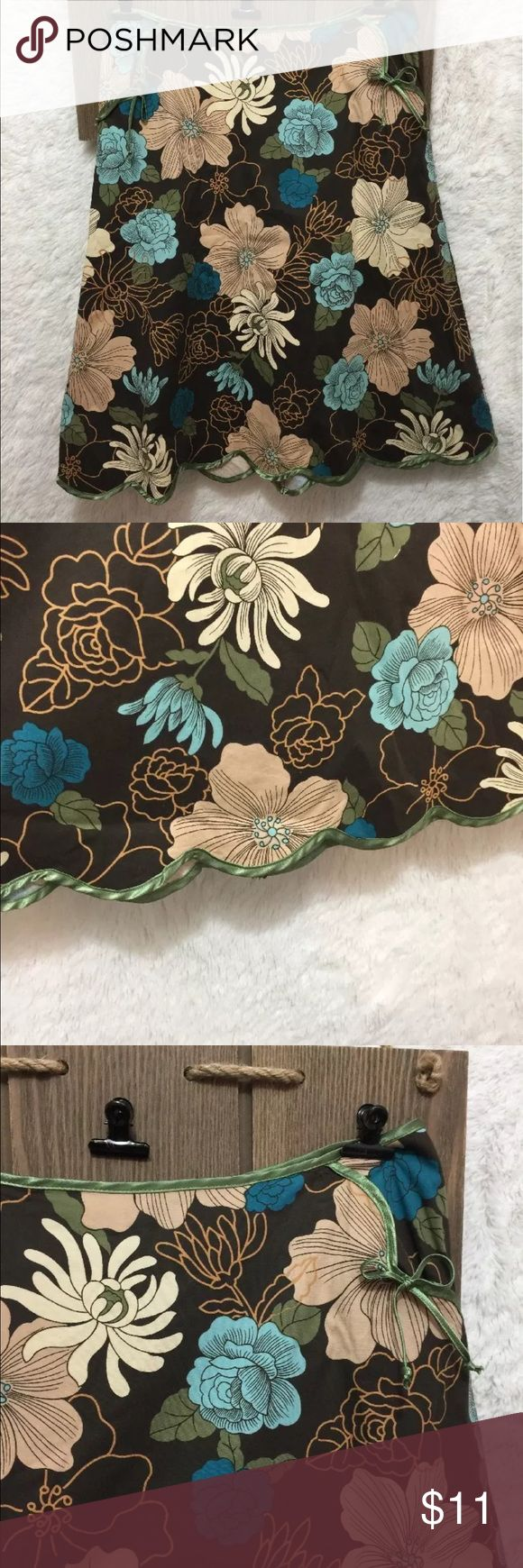 """Women's Matty M Flower floral skirt SZ 6 side zip Women's Matty M size 6 Flower floral pattern skirt side zip up EUC   Z1 PHM     ∴MEASUREMENTS∴  Waist ---->30"""" Length---->24"""" Hip. 38"""" Measurements Are Approximate  And May Vary Slightly. matty m Skirts"""