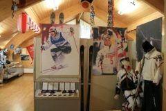 長野県北安曇郡白馬村にある白馬村オリンピック記念館は世界中を感動に包み込んだ1998長野冬季オリンピックパラリンピックのたくさんの思い出を結集した記念館です  金銀銅メダルや選手が実際に使用したスキーウェアなどの展示のほかパネル展やビデオ上映も実施しています 隣接して白馬村観光局やジャンプ競技場へのリフトもありますのでぜひ合わせて見学してみてください オリンピックの感動がよみがえりますよ tags[長野県]