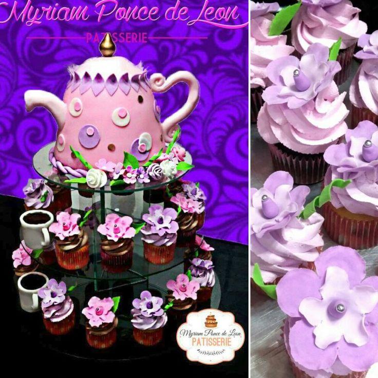 Cake tetera con tacitas de chocolate y cupcakes decorados con flores de azucar