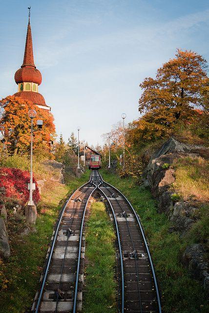 """The funicular railway at Skansen Open Air Museum, Sweden  (by Nick Marmonti ) """"Toujours à Djurgården, il faut prendre au moins une après-midi pour parcourir le musée en plein air de Skansen, il y a un zoo avec les animaux typiques de Suède (rennes, élans etc), des reconstitutions superbes de la vie en Suède à l'époque avec des acteurs en costume.( éviter par contre le tour du parc en petit train, pas cher mais sans intérêt)."""""""