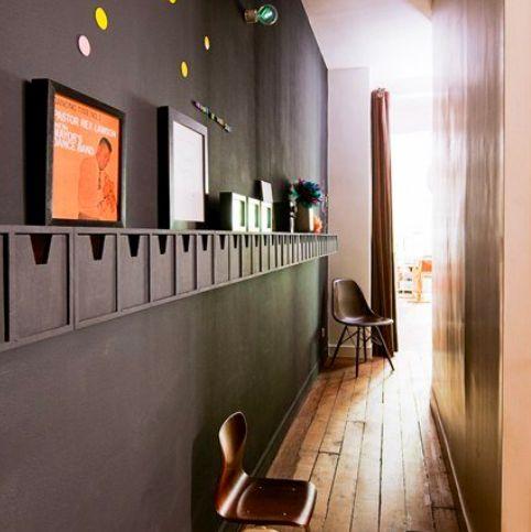 Aprovecha los espacios estrechos para guardar objetos, los pasillos tienen muchas posibilidades