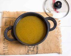 El caldo hecho en casa es uno de los pilares básicos de la cocina casera. Hacerlo resulta fácil, ayuda a elevar el nivel de la cocina diaria y da carácter de alta gastronomía a los platos que se hacen para las grandes ocasiones. El caldo es el líquido que se consigue cociendo lentamente carne o …