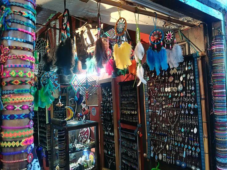 Plumas, manillas, sacos... todo lo que quieras sólo acá en La Candelaria. Ven y conoce las calles de Bogotá, Colombia. Visita: www.encontrastelacandelaria.com #EncontrasteLaCandelaria #Bogotá #Colombia #Candelaria