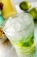 Préparation • Lavez le citron vert et coupez les deux extrémités. Coupez le citron en 8 ou 9 morceaux et retirez la partie blanche centrale. Placez les morceaux dans le verre, versez une cuillère à soupe de sucre. Pilez, et recouvrir le mélange citron-sucre d'une bonne couche de glace pilée, concassée ou de glaçons simples (ras bord), puis faire le niveau à la cachaça jusqu'à un doigt du bord.