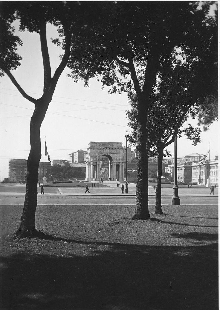 Piazza della Vittoria. L'Arco della Vittoria, inaugurato il 31 maggio 1931 e dedicato ai genovesi caduti durante la Prima Guerra mondiale, visto dai giardini di Brignole. Nell'immagine si può notare l'assenza dei palazzi che circonderanno piazza della Vittoria, costruiti nel corso degli anni '30. (Foto: 1932-1934, Studio Foto Cresta)