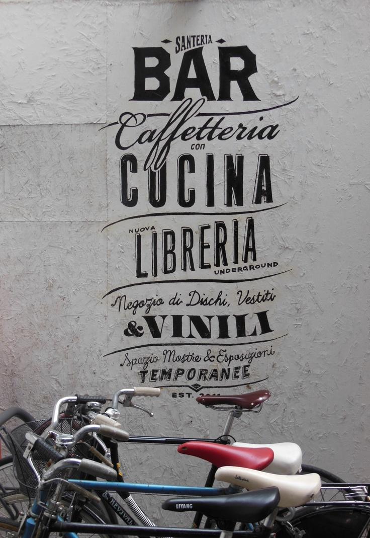 Milano - santeria  Santeria è uno spazio polifunzionale. Al suo interno convivono una caffetteria con cucina, uno shop con musica, libri e abbigliamento, una serie di uffici e di postazioni co-working ed una sala eventi molto versatile.  http://www.santeriamilano.it/before/