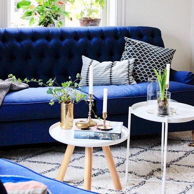 Är inte mycket för helrumsbilder. Men här är iallafall 🔹Blå Rummet🔹 (Lite lagom pretto) Efter långvarig soffbordslöshet följt av denna temporära uppsättning 👆🏼har vi äntligen idag loppat ett bord vi tror på. Det kräver en hel del 💙 och ny färg, men snart ska det nog vara på plats. Njut nu av söndagskvällen! . . . . . . . . . . . #soffa#livingroom#interior4all#interior4you#interiordecor#interiorstyling#interiorforinspo#boligpluss#boligmagasinet#vackrahem#finahem#instahome#nordicinspir...