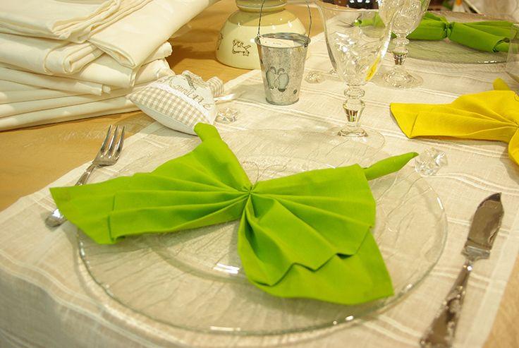 Pliage de serviettes en papillon. Réalisé par votre vendeuse du rayon prêt à poser.