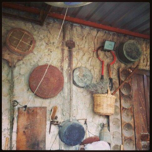 Kıbrıs ın kültürel zenginliği... eski zamanlarda kullanılan malzemeler:  orak,  kalbur,ekmek teknesi,sepet...