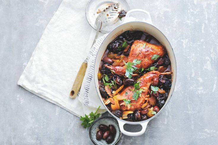 Even aanbraden en in bouillon, wijn en tomatenpuree laten stoven. Een feest op tafel! Gestoofde konijnenbout in rode wijn met olijven - Recept - Allerhande