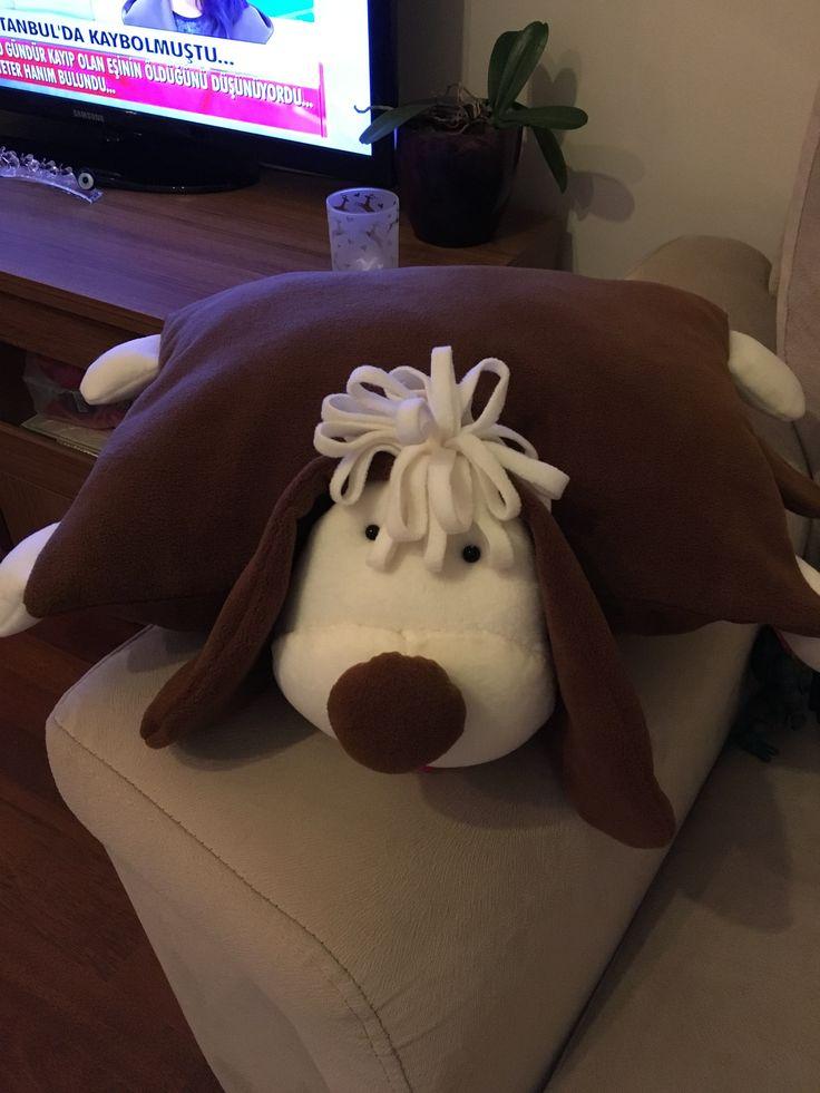 Yastık ve oyuncak köpek