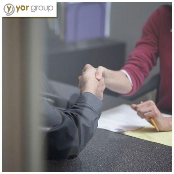İş görüşmesi önerileri | İş görüşmesine gitmeden önce ayna karşısında vücut dili çalışmanız görüşme esnasında özgüveninizi tazeler.