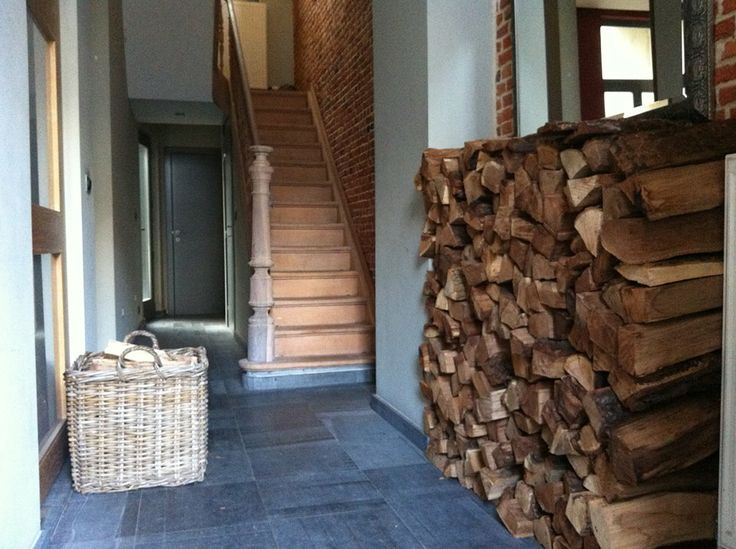 Gang, houten trap, rustieke muur