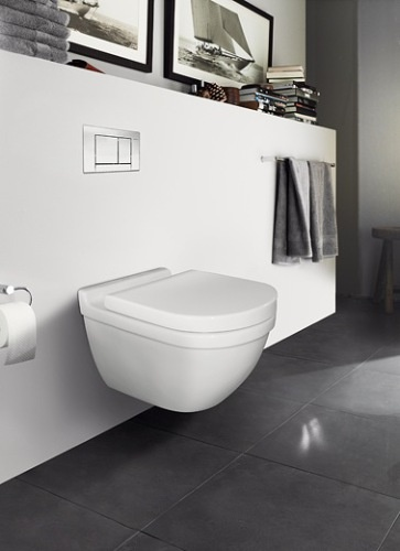 > grote loodgrijze tegels, witte wanden, zwevend toilet