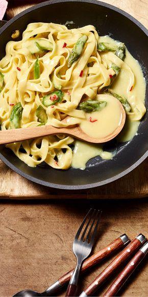 Bandnudeln und grüner Spargel - ein tolles Team! Die Sauce bekommt durch Limette und etwas Chili die richtige Würze.