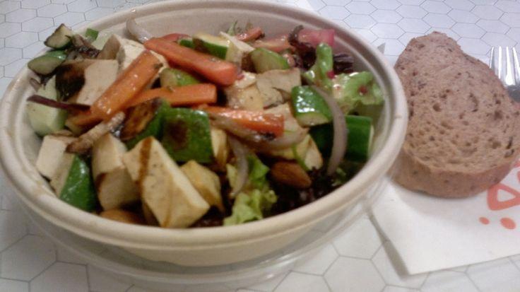 """""""Annoksessa oli runsaasti hyvin grillattua tofua, mikä oli miellyttävä yllätys. Muita paistettuja aineksia olivat kesäkurpitsa, porkkana ja sipuli, joista kesäkurpitsa oli oikein hyvin onnist…"""