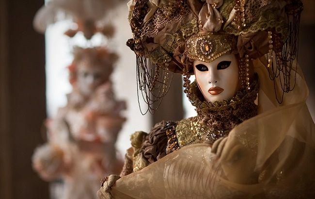 La festa di Carnevale è più divertente con le maschere fai da te! Carta, colla, e piume per divertirsi a creare con i bambini i modelli più originali da abbinare ai costumi.