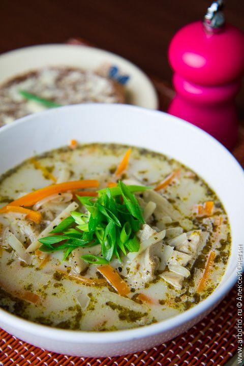 Густой, вкусный и сытный суп с рубцом, источающий тонкий аромат майорана - вот что такое фляки. В Польше у каждой уважающей себя хозяйки есть свой фирменный рецепт этого блюда, а мы с вами приготовим классическую, варшавскую разновидность.
