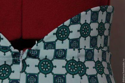 Купить или заказать Юбка-карандаш Морская в интернет-магазине на Ярмарке Мастеров. Летняя,очень женственная,строгая и сексапильная юбка карандаш из итальянского хлопкового атласа.Ткань приятная,держит форму. ***** Рисунок- морская тематика-изумрудно бирюзовые штурвалы.Ткань содержит эластан,поэтому тянется отлично,что комфортно при носке и ходьбе. Сзади молния и шлица для удобства. Фигурный пояс,который обрамляет талию по бокам и скошен к середине переда и спинки.