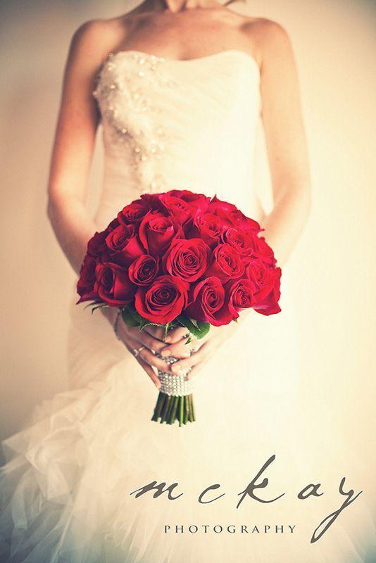 純白ドレスに深紅の薔薇が合う…! 赤がテーマの大人なウェディング・ブライダルのアイデア。