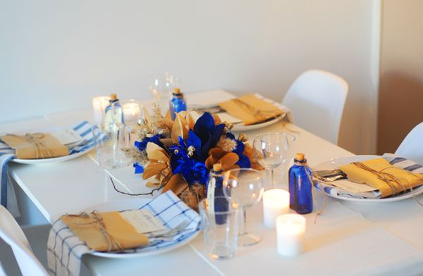 Kraft & cobalt decorations = stunning! I just need to find an occasion for this. Original post in The Sweetest Occasion includes a centerpiece tutorial.