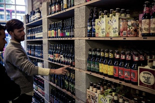 Traga a garrafa, leve a cerveja artesanal. Loja em Londres une amantes da bebida