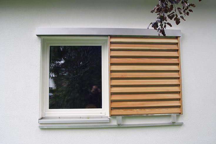 Schiebeläden - Holz Schiebeläden als Beschattungsanlagen fertigen wir aus Holzelementen in Aluminiumrahmen, die an Laufschienen montiert, vor oder neben Fenster oder Glastüren geschoben werden.  Die Schiebeladenlamellen werden in eigener Werkstatt aus sibirischer Lärche angefertigt und in Aluminiumrahmen eingepasst. Wir verwenden sibirische Lärche, da dieses Holz besonders witterungsbeständig ist. Verarbeitet wird das Holz in Riftschnitt und Halbriftschnitt. Die