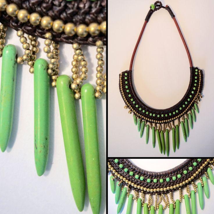 Collier plastron ethnique composé de pierres de couleurs vertes et de perles dorées. Ce collier est tissé main avec du coton ciré de couleur marron.  https://www.etsy.com/listing/230698421/collier-vert-tisse-main-coton-cire-et?ref=shop_home_active_14