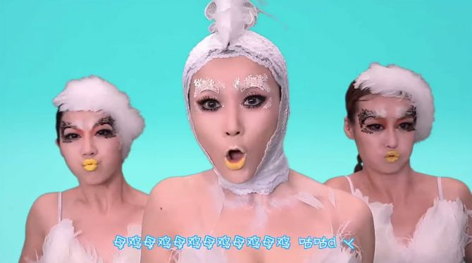 Nästa Gangnam Style är här! Som vanligt levererar Asiaterna när det kommer till bananas musikvideor. Den här måste baserats helt och hållet på LSD!