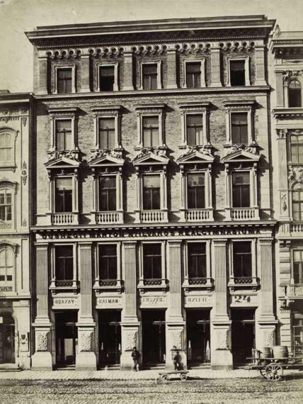 Az alábbi fotón a Múzeum körút 19. szám alatt álló épület, Róth Zsigmond bérháza látható. A felvétel 1880-1890 között készült.