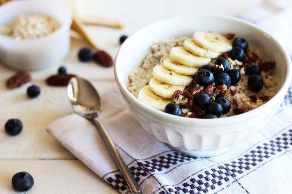 Découvrez la recette Porridge au lait de coco, banane, myrtille et noix de pécan sur cuisineactuelle.fr.