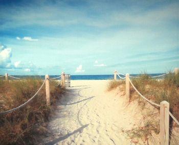 Toile tendue sur chassis bois de longueur : 50 cm et de largeur : 40 cm.Joli décor mural bord de mer avec le sentier qui mène à la plage.