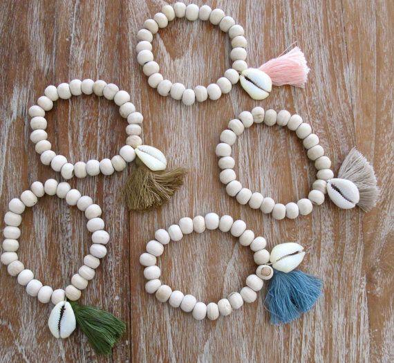 Bracelet bois flotté cauris en bois perlé avec une par ljcdesignss, $9.00