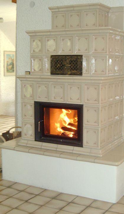 Traditioneller Kachelofen mit sichtbarer Feuerstelle. #Kachelofen #RiederingerHafnerei #Fireplace www.ofenkunst.de