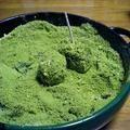 低カロリーで食物繊維やカルシウムも豊富なこんにゃくを使って、抹茶わらび餅風スウィーツを作りました。冷やしてどうぞ。